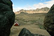 Меж черных скал открылась вдруг долина чудная...